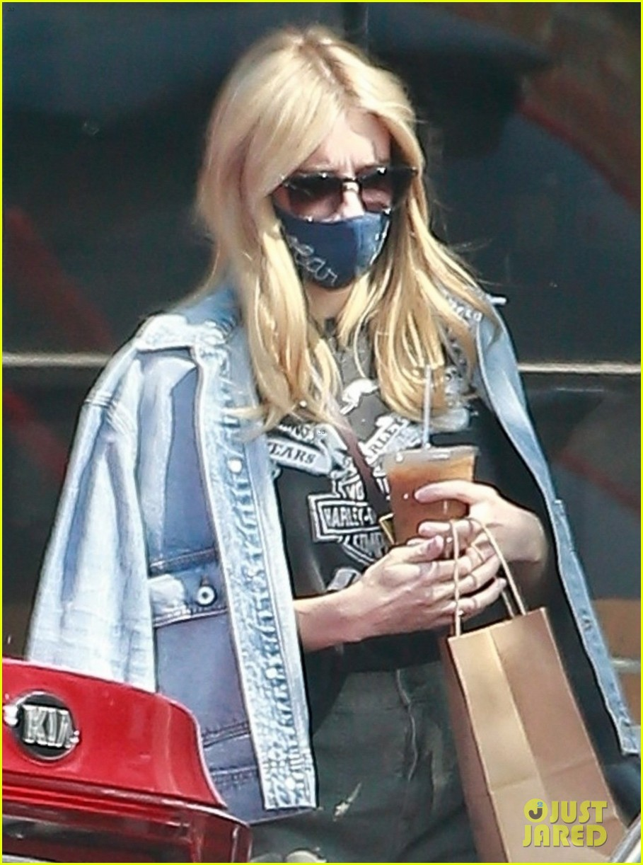 Emma Roberts Conceals Baby Bump on Coffee Run: Photo ...