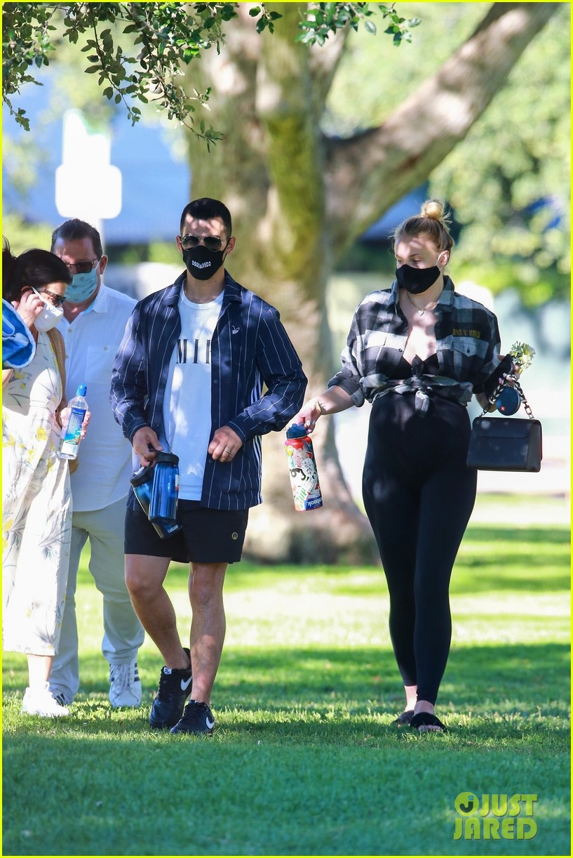 pregnant sophie turner at park with joe jonas family 054469833