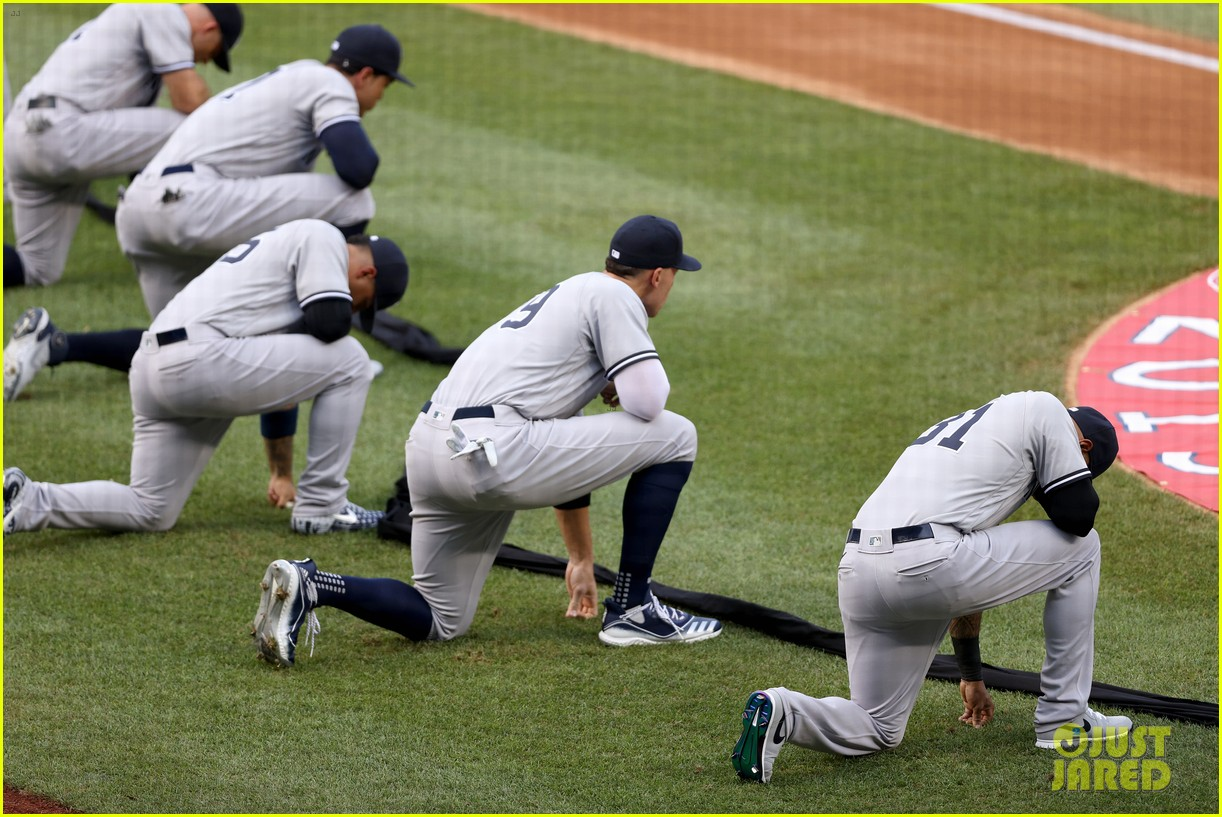 yankees nationals players kneel together 014471467