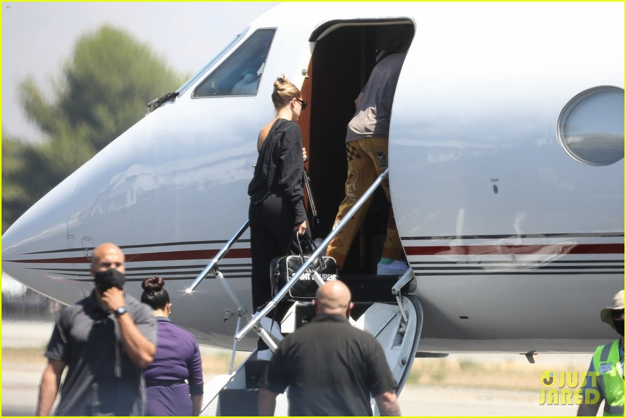 justin bieber hailey bieber catch a flight 034478482