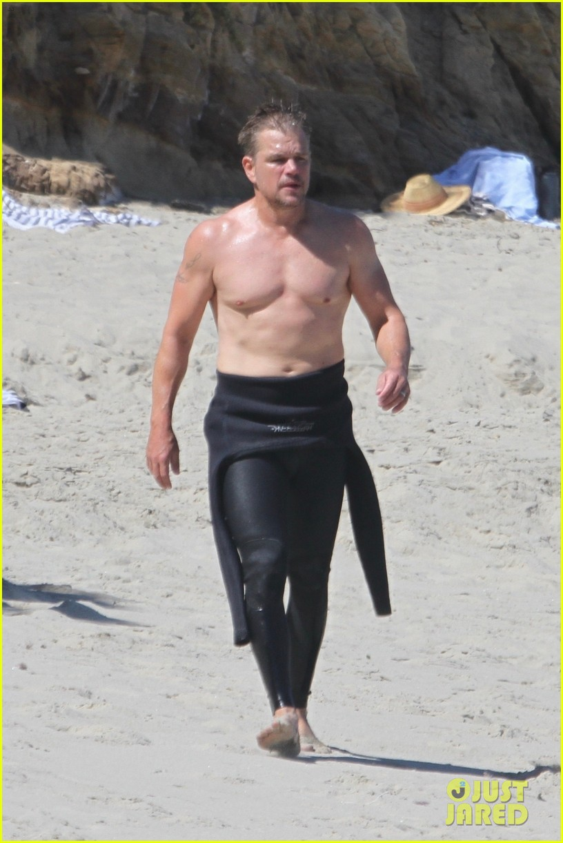 matt damon shows off his fit physique day at the beach 014473112
