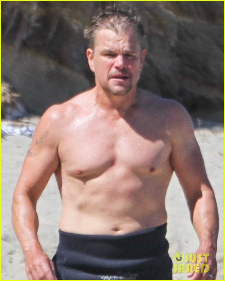matt damon shows off his fit physique day at the beach 024473113