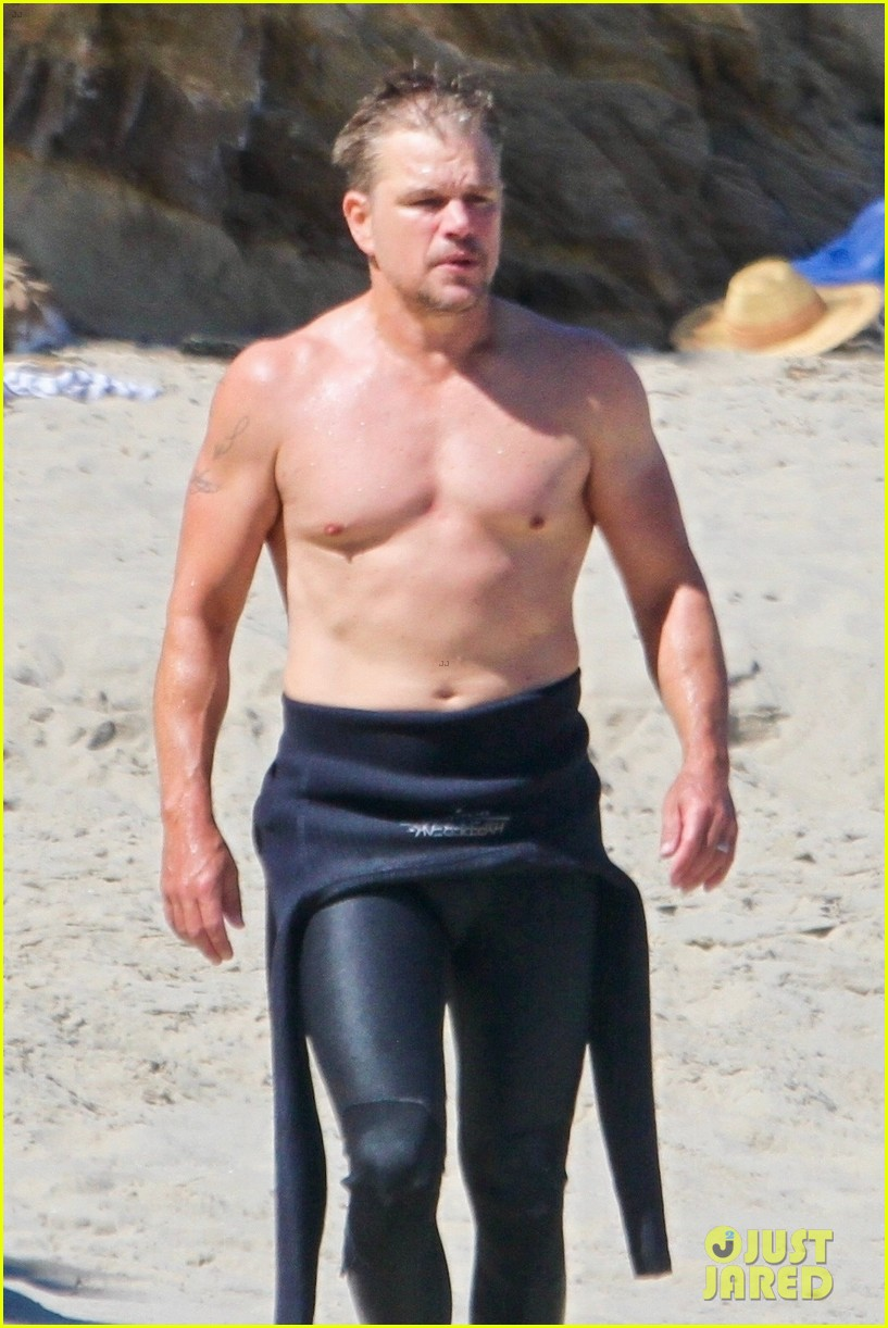 matt damon shows off his fit physique day at the beach 044473115