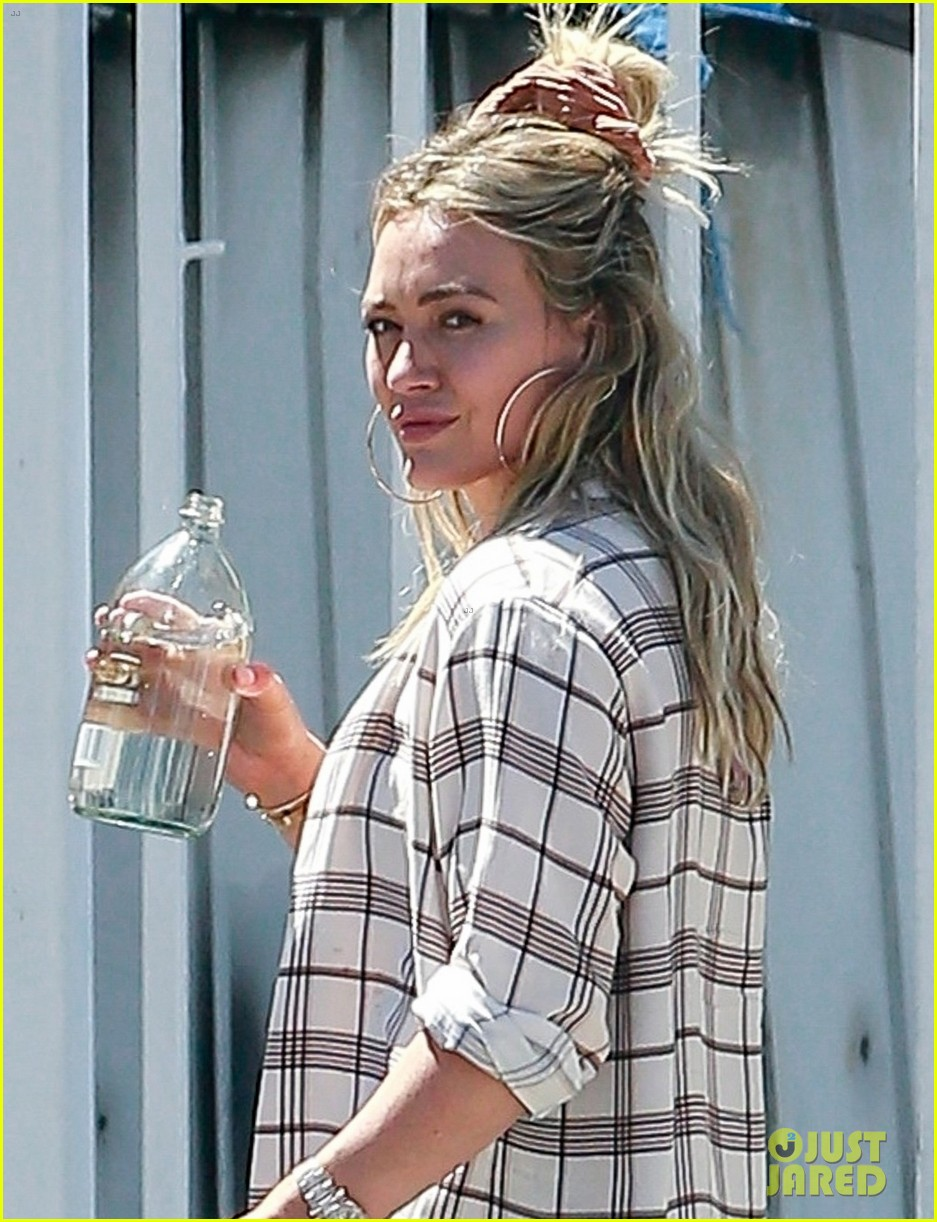 hilary duff grabs lunch with hubby matthew koma 024473243