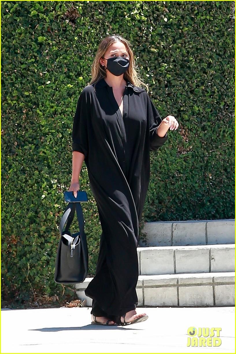 chrissy teigen rocks black jumpsuit while running errands 014473037