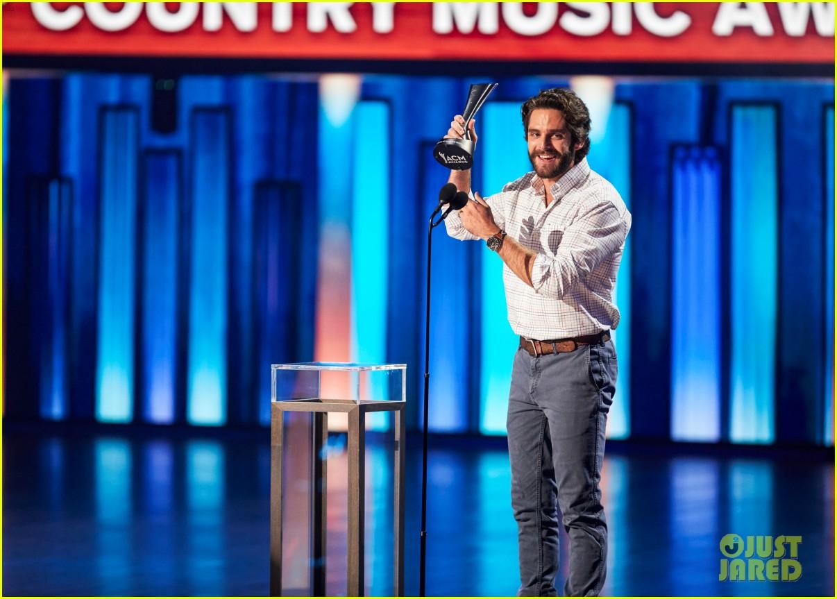 carrie underwood thomas rhett win at acm awards 2020 074483921