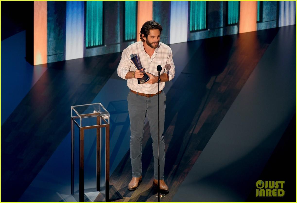 carrie underwood thomas rhett win at acm awards 2020 094483923