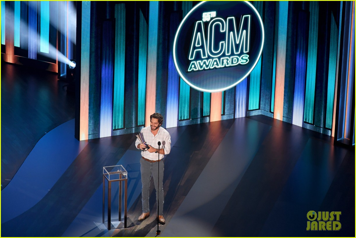 carrie underwood thomas rhett win at acm awards 2020 104483924