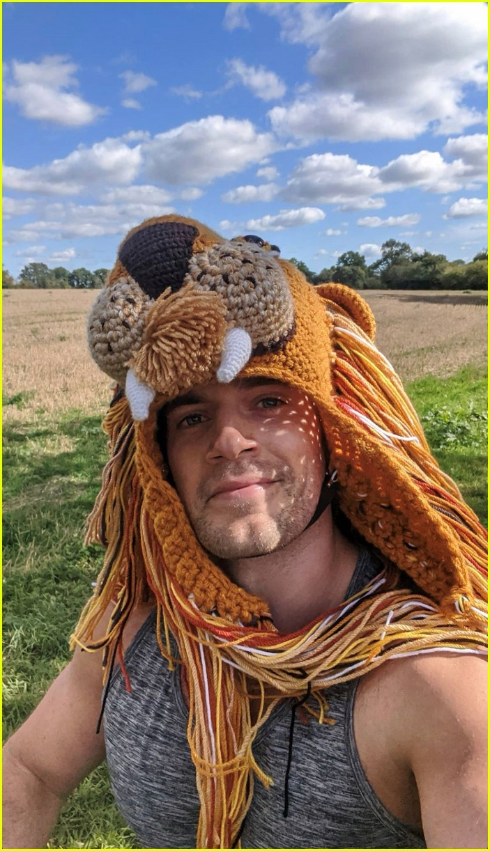 henry cavill goes running in lion hat for durrell challenge 034488130