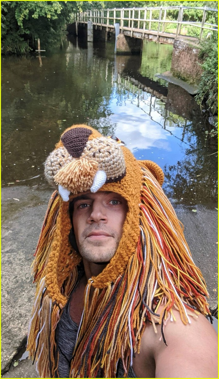 henry cavill goes running in lion hat for durrell challenge 044488131