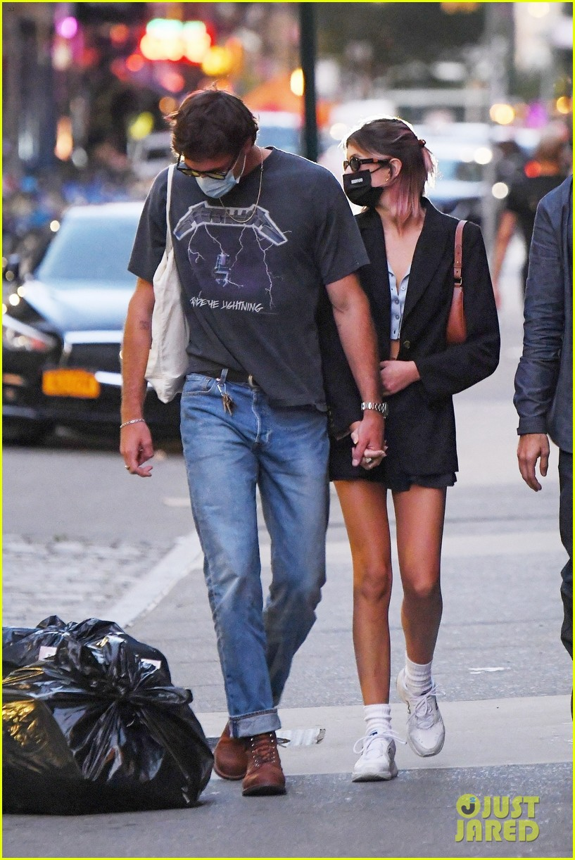 jacob elordi kaia gerber hold hands nyc night out 014482457