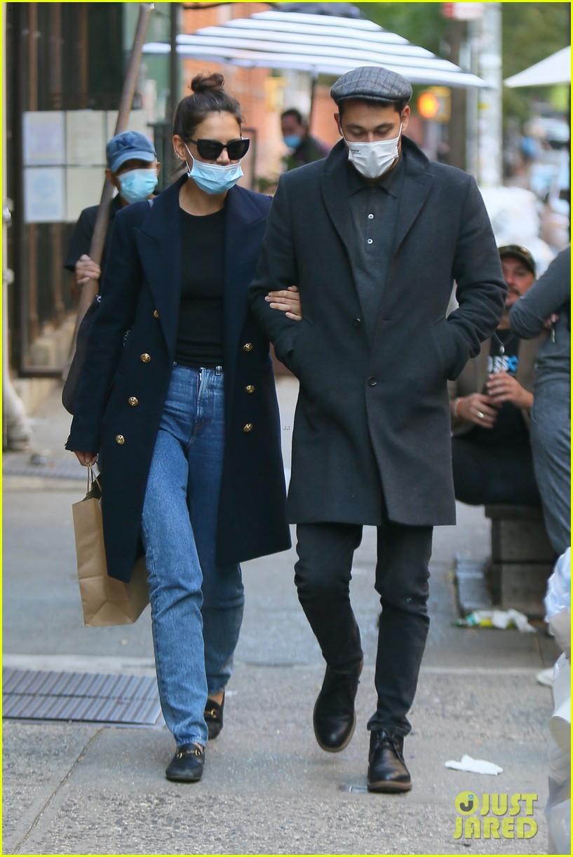 katie holmes emilio vitolo hands masks food run 054486249