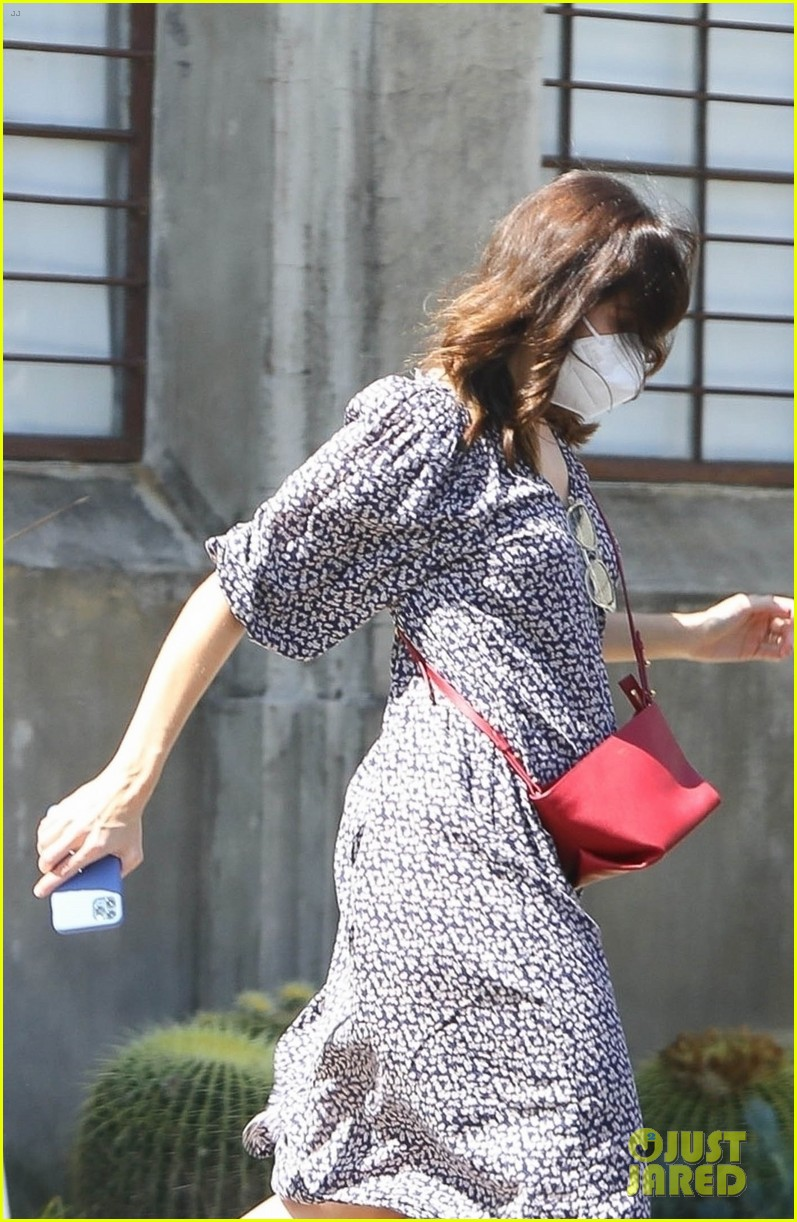 mandy moore pregnant steps out 024487122