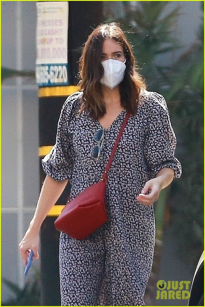 mandy moore pregnant steps out 044487124
