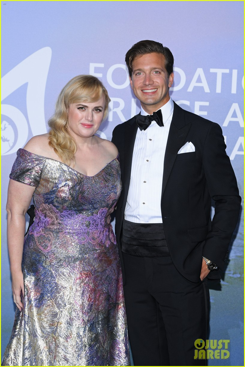 rebel wilson jacob busch red carpet debut 034487074