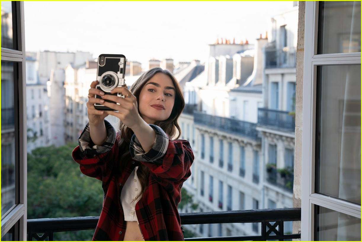 lily collins emily in paris age 014492969
