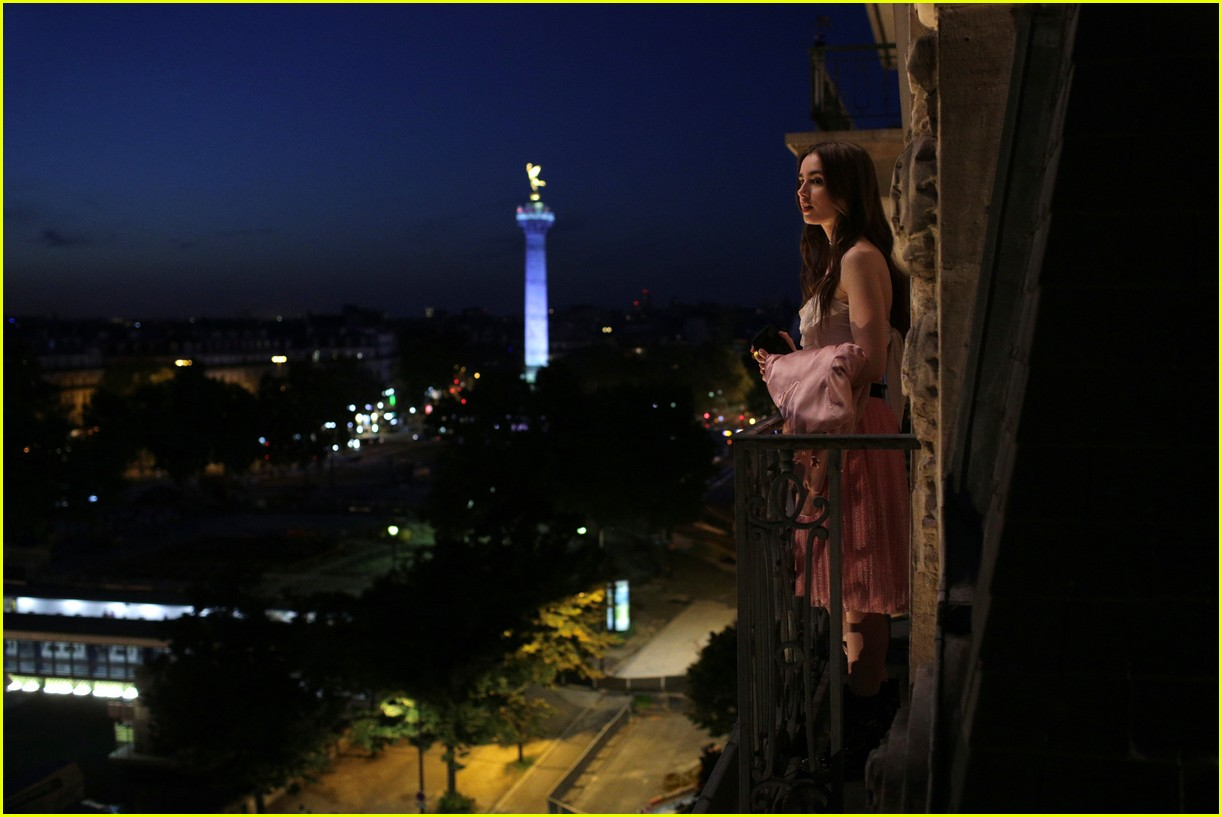lily collins emily in paris age 024493675