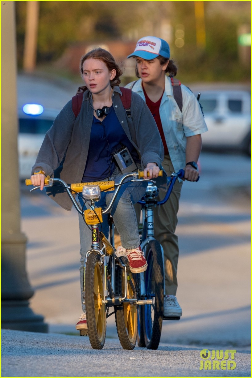 maya hawke joe keery film more video store scenes for stranger things 194494726