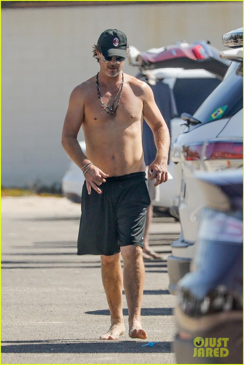 robin thicke shirtless soaks up the sun at the beach malibu 014493224