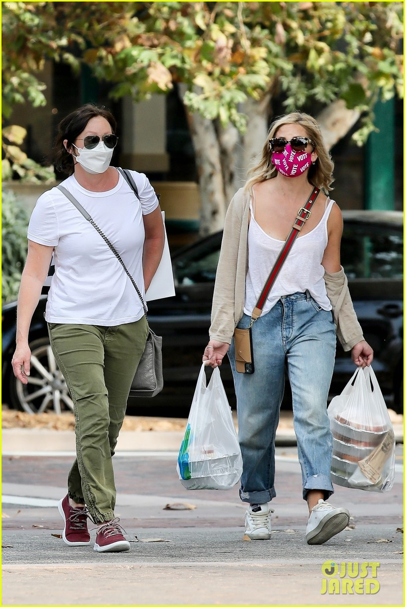 shannen doherty smg run errands together food pickup 024490613
