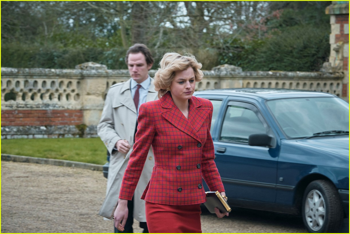 emma corrin as diana in the crown 044501326