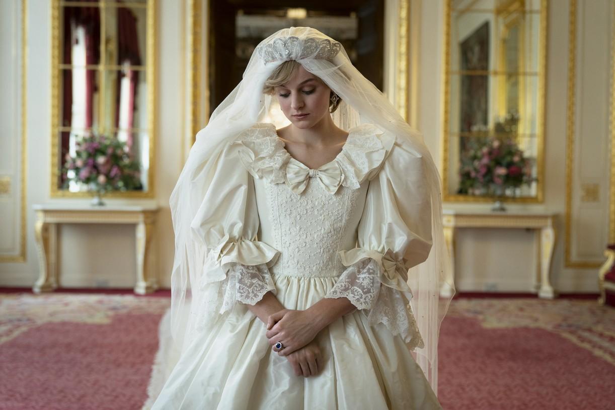 emma corrin josh oconnor no royal wedding crown 044500538