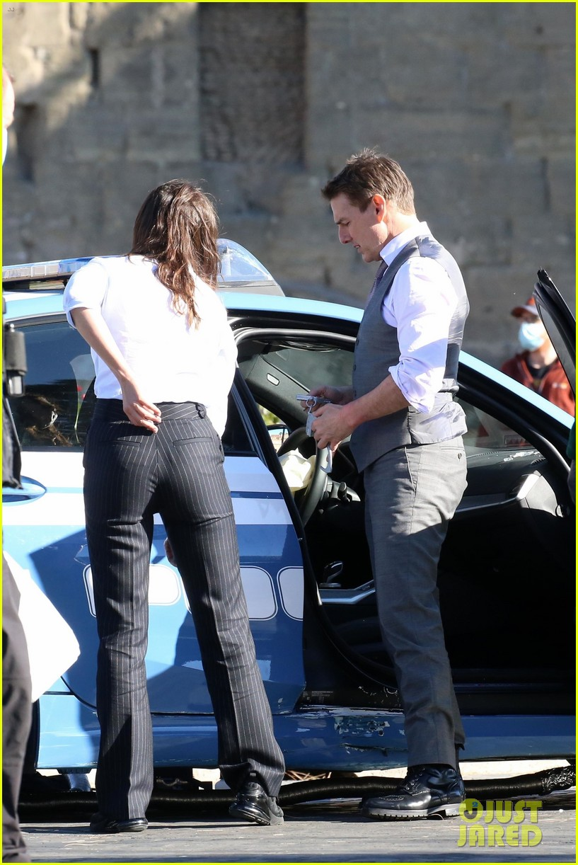 tom cruise hayley atwell handcuffed together mission impossible 044502255