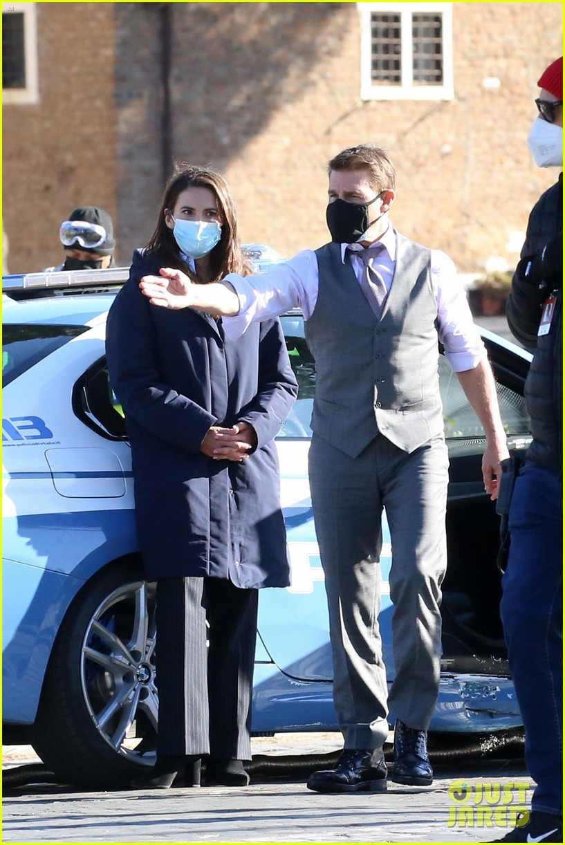 tom cruise hayley atwell handcuffed together mission impossible 094502260