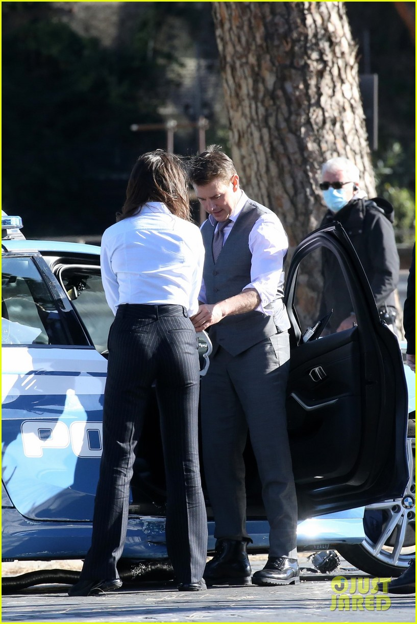 tom cruise hayley atwell handcuffed together mission impossible 324502283