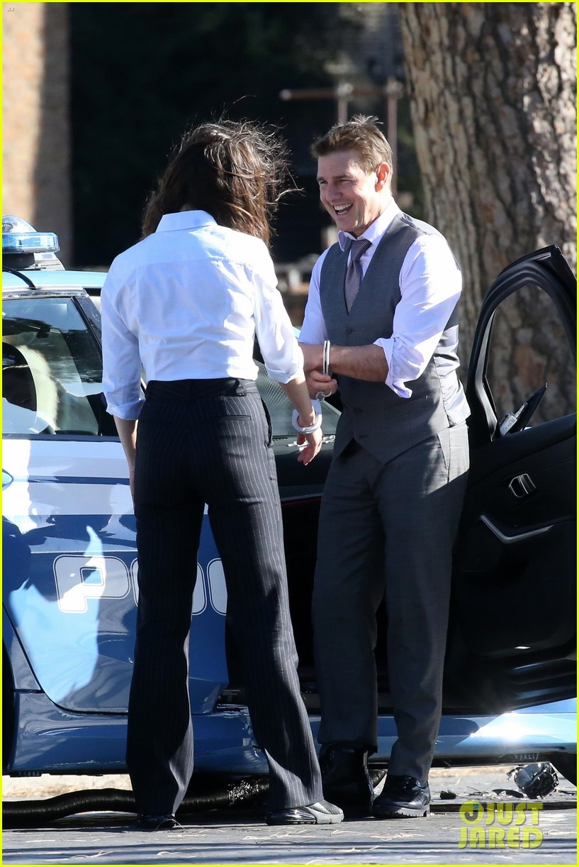 tom cruise hayley atwell handcuffed together mission impossible 344502285