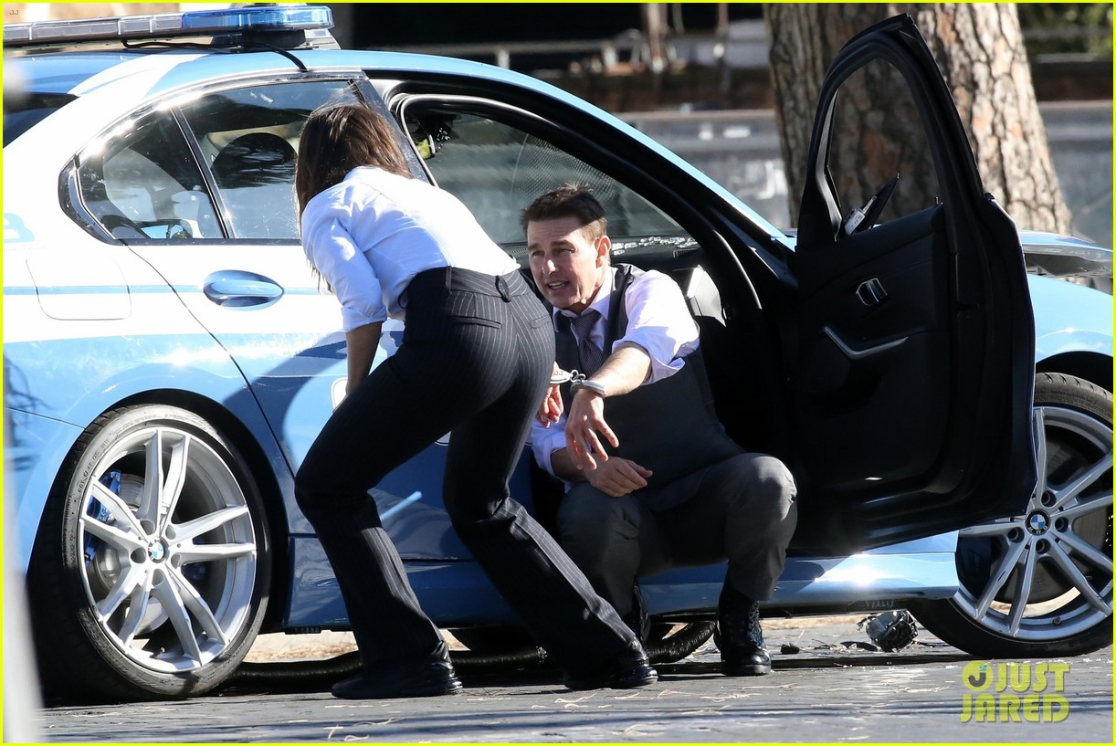 tom cruise hayley atwell handcuffed together mission impossible 384502289