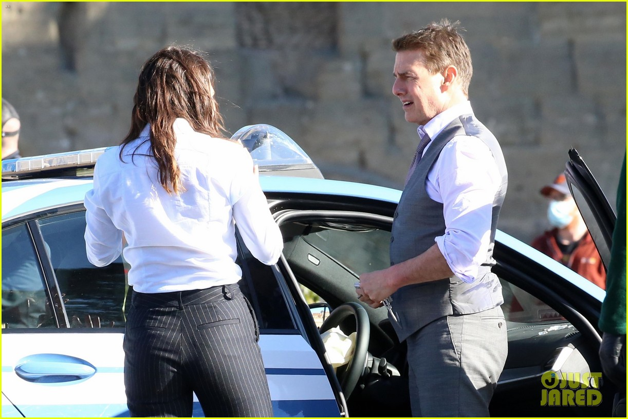 tom cruise hayley atwell handcuffed together mission impossible 424502293