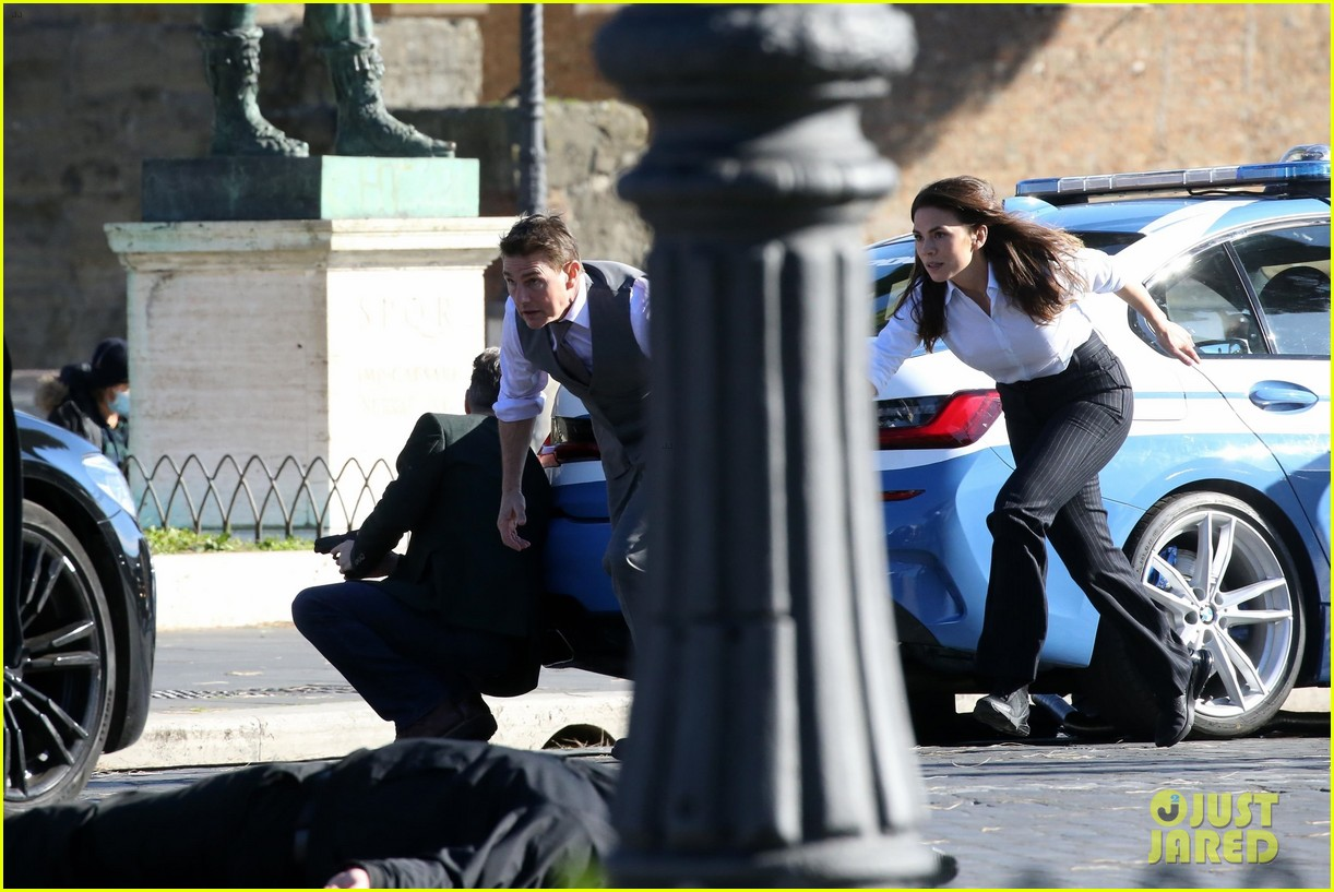 tom cruise hayley atwell handcuffed together mission impossible 474502298