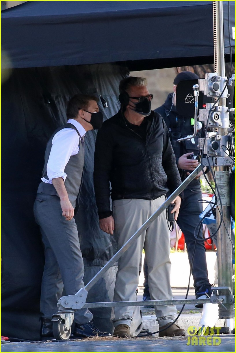 tom cruise hayley atwell handcuffed together mission impossible 564502307