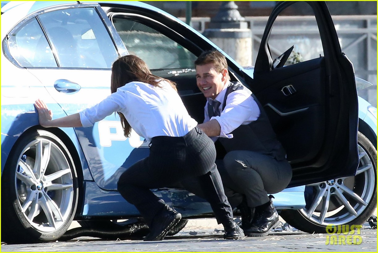 tom cruise hayley atwell handcuffed together mission impossible 584502309