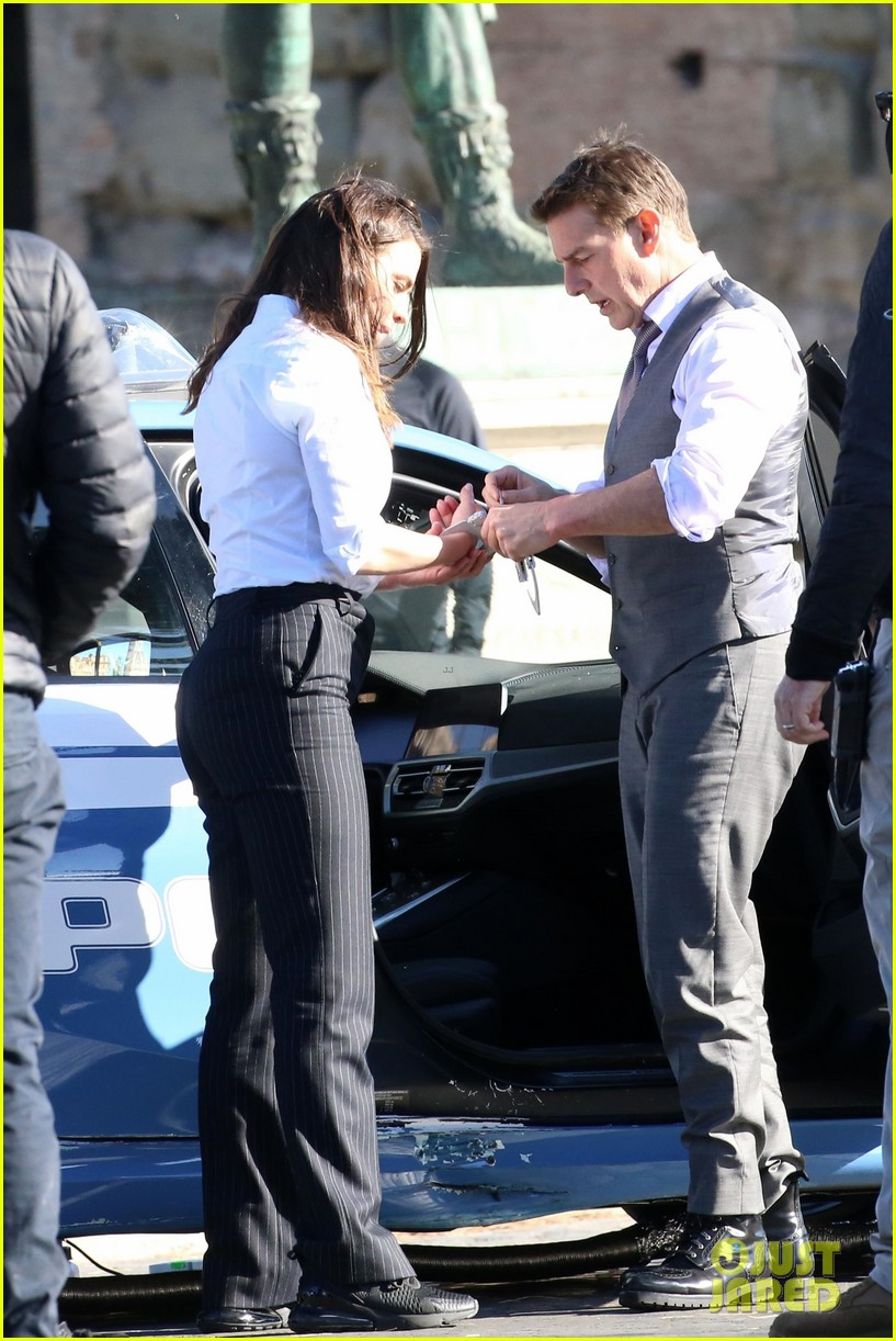 tom cruise hayley atwell handcuffed together mission impossible 654502316
