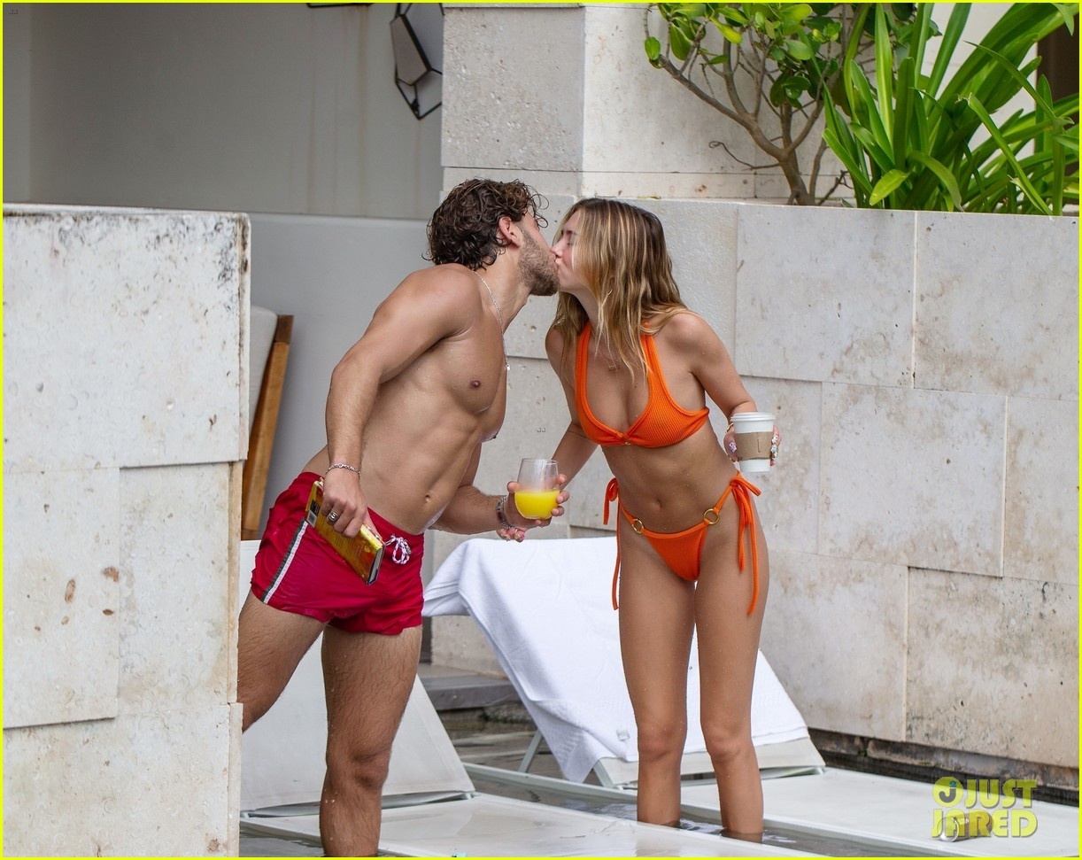 Delilah Belle Hamlin Packs on PDA with Boyfriend Eyal Booker During Trip to Mexico: Photo ...