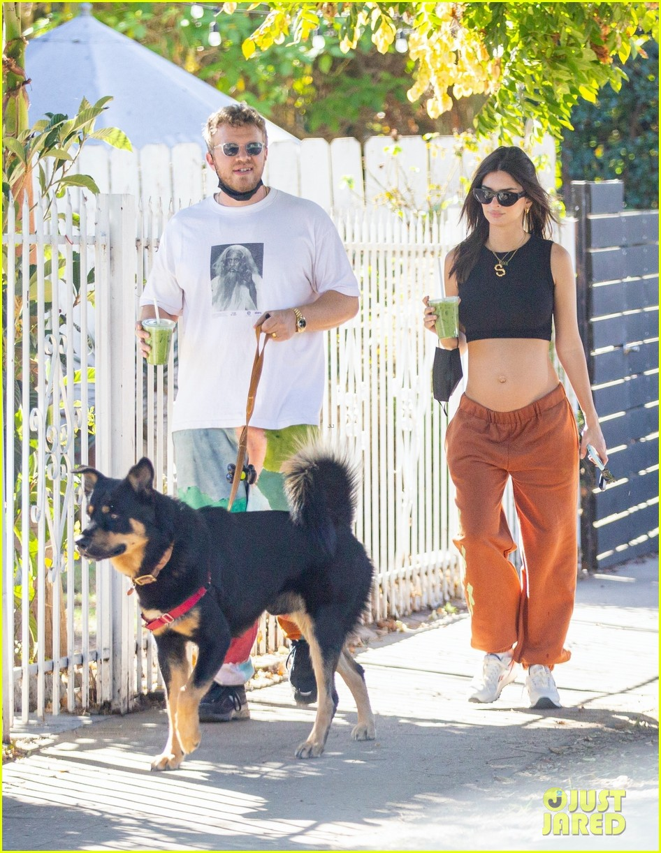 emily ratajkowski shows off bare baby bump hike with hubby 014500919