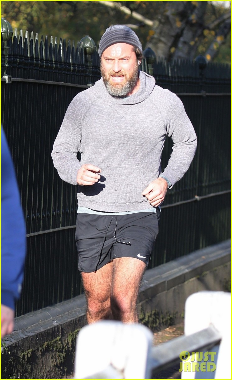 jude law shows off bushy beard while jogging 034503452