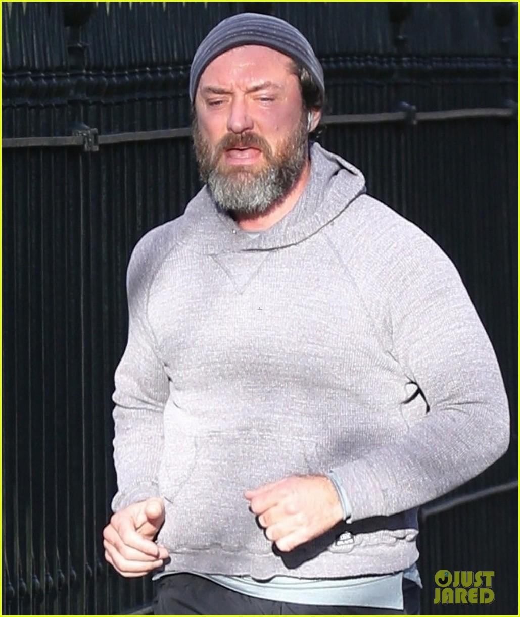 jude law shows off bushy beard while jogging 054503454