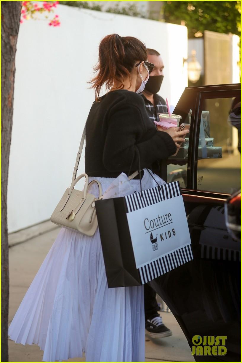 katharine mcphee cradles baby bump while shopping 334499335