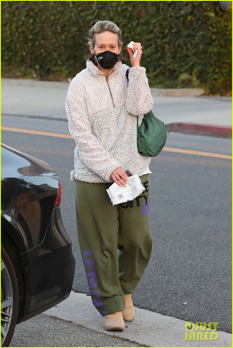 sarah paulson goes makeup free for trip to hair salon 054499665