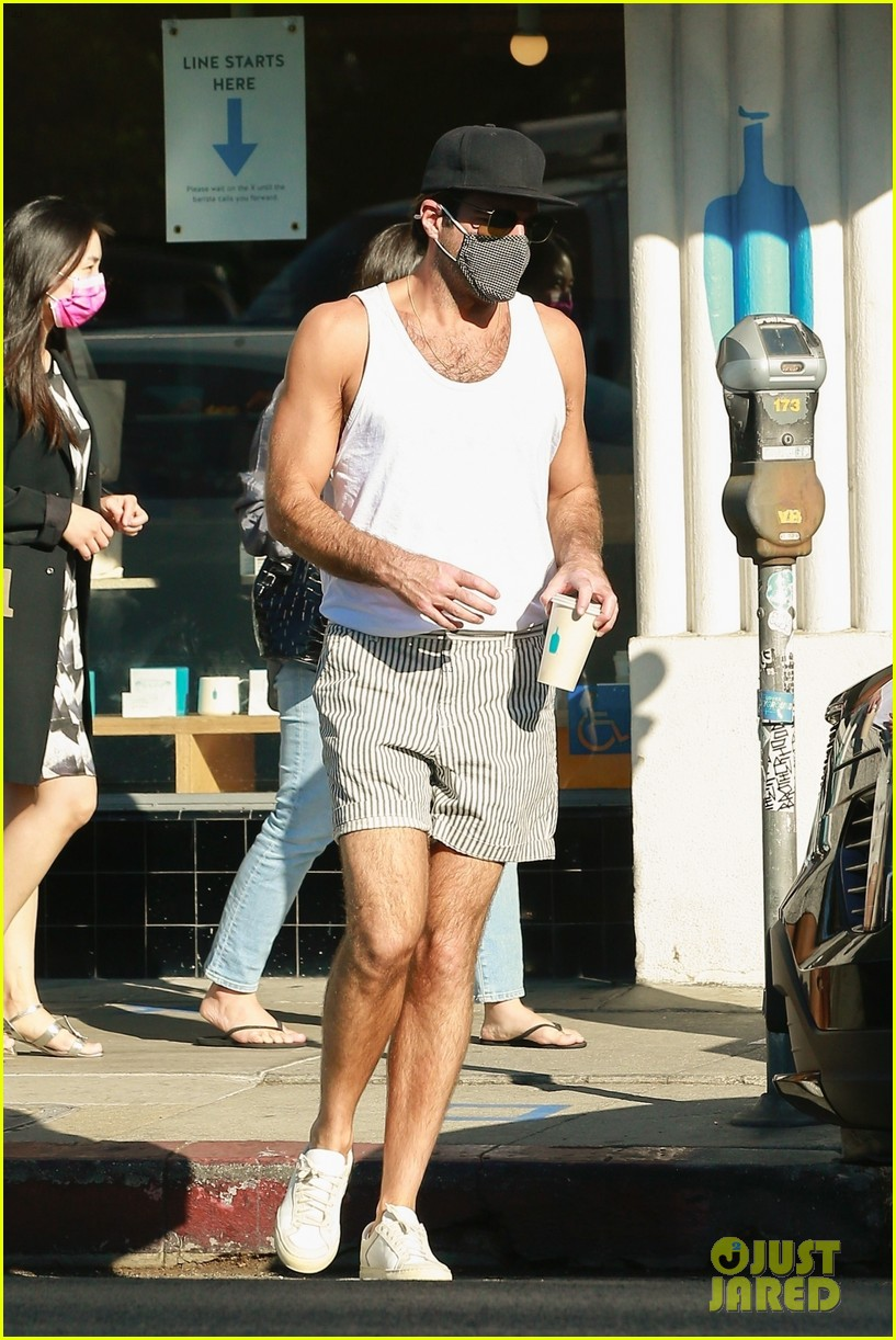 zachary quinto shows off toned arms while on coffee run 014498015
