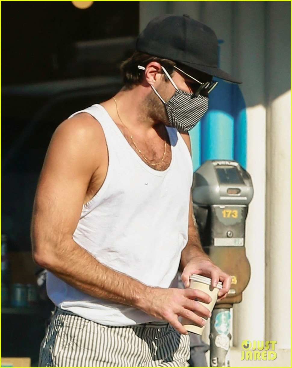 zachary quinto shows off toned arms while on coffee run 024498016