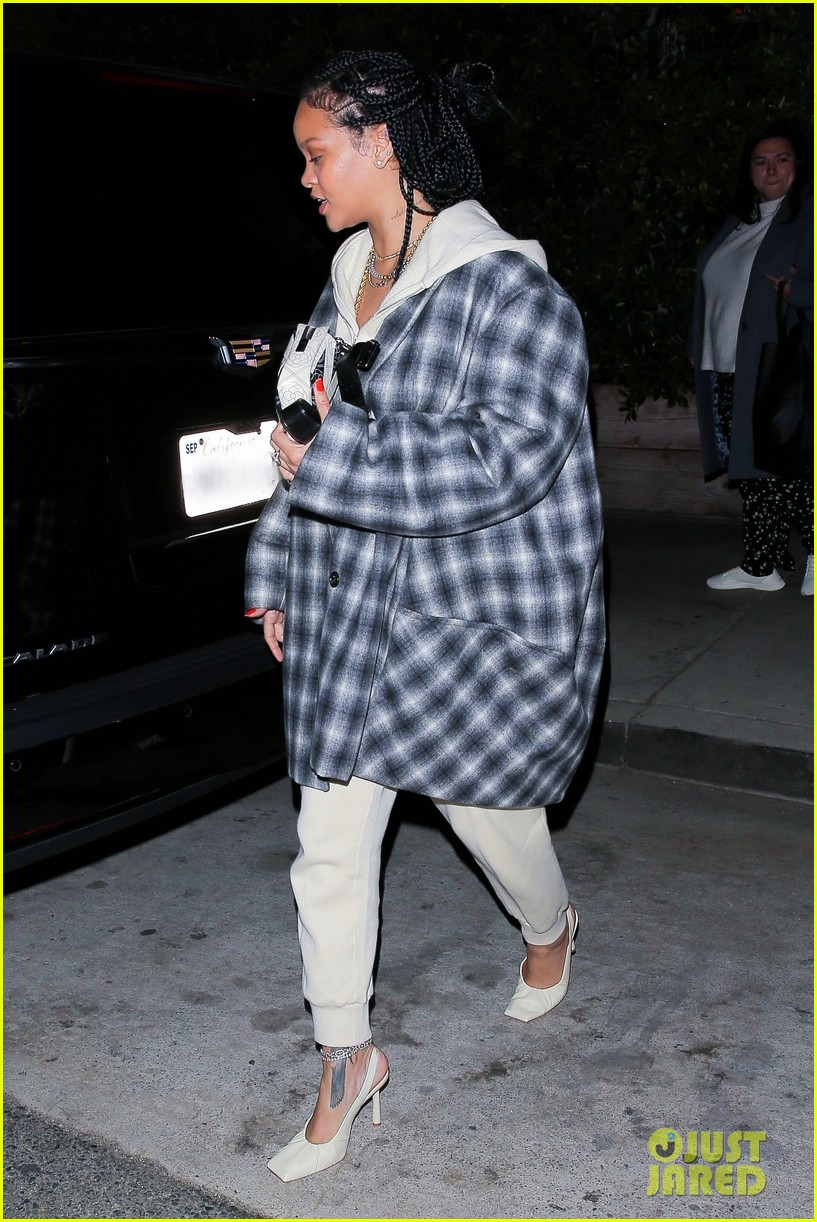 rihanna at her favorite restaurant 044500315