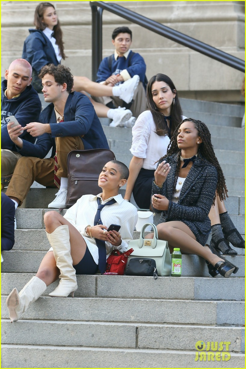 you have to see these new pics of thomas doherty gossip girl cast filming on the steps 014499441