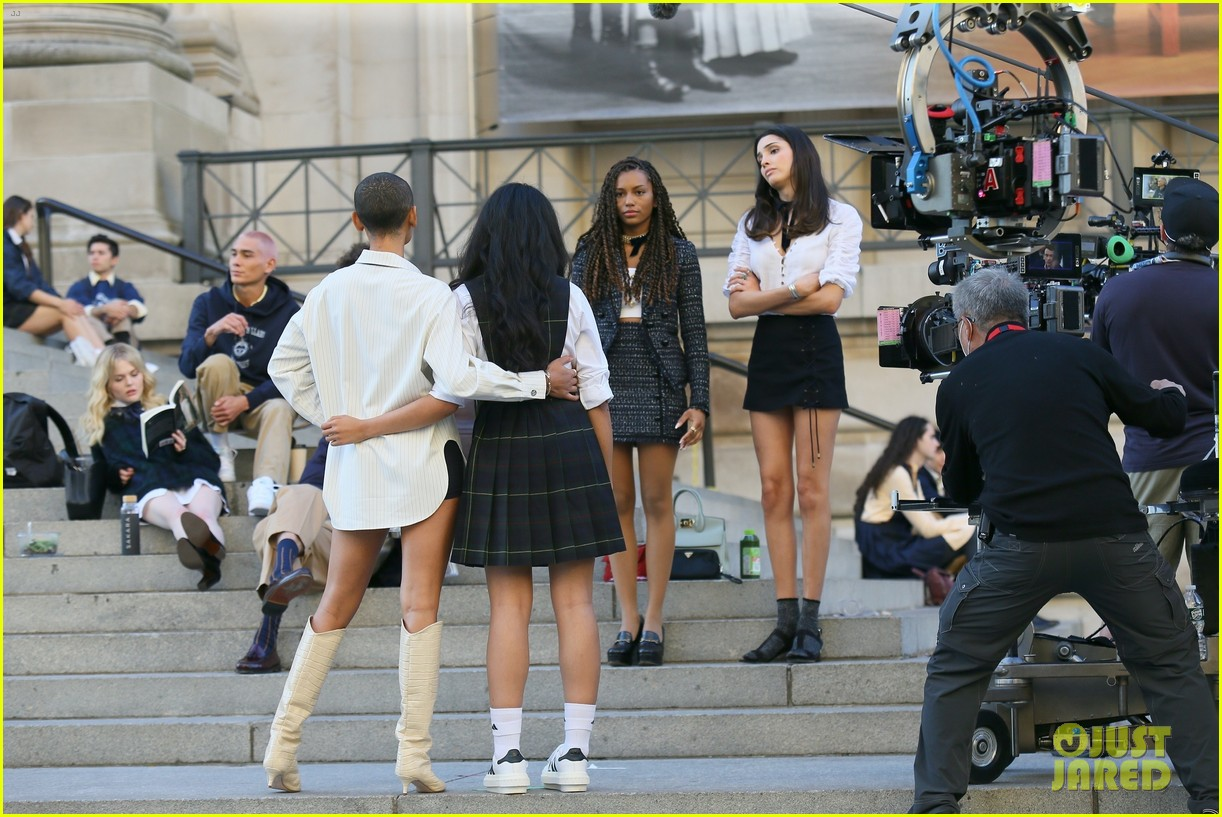 you have to see these new pics of thomas doherty gossip girl cast filming on the steps 024499442