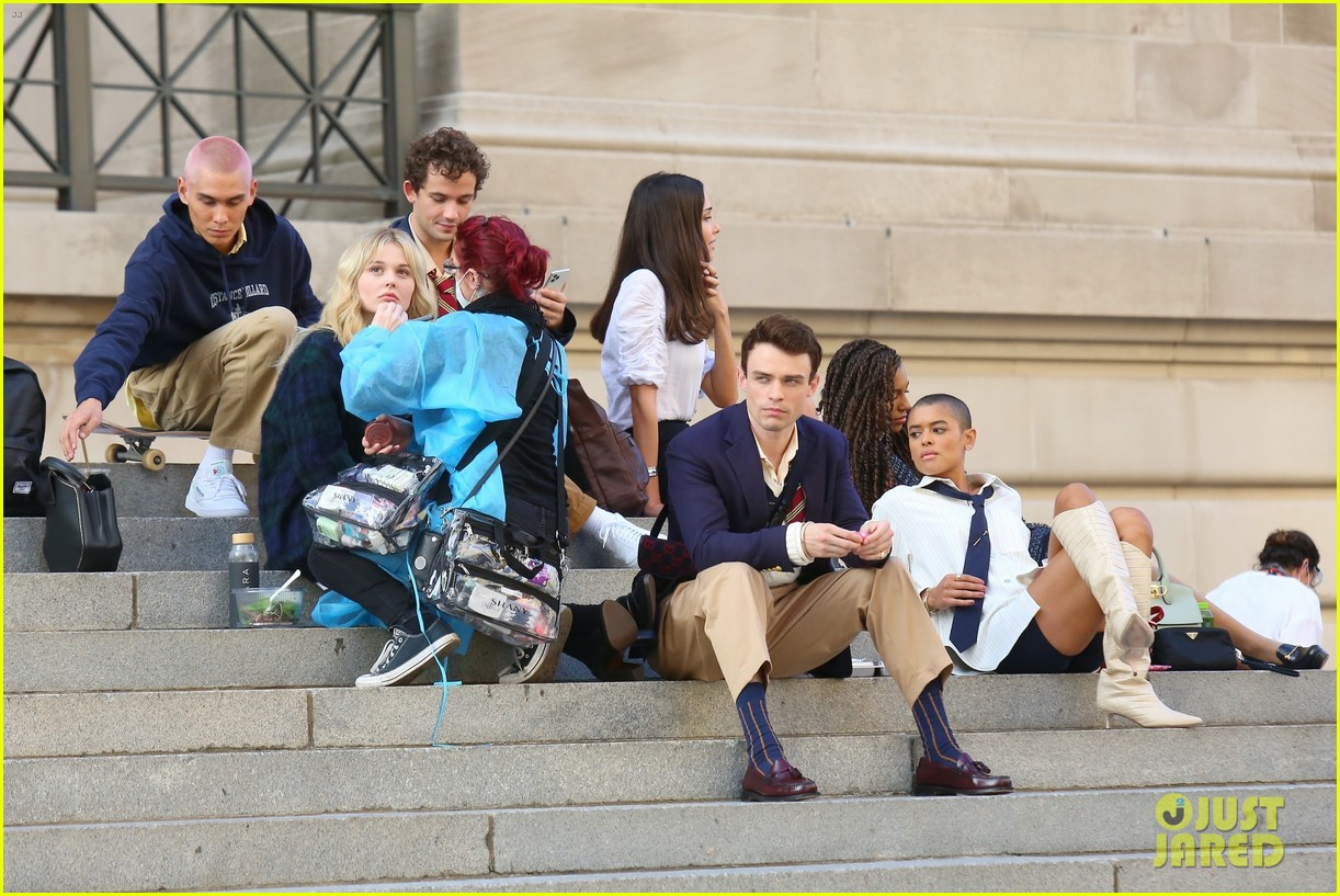 you have to see these new pics of thomas doherty gossip girl cast filming on the steps 034499443