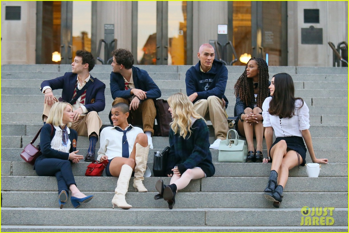 you have to see these new pics of thomas doherty gossip girl cast filming on the steps 044499444
