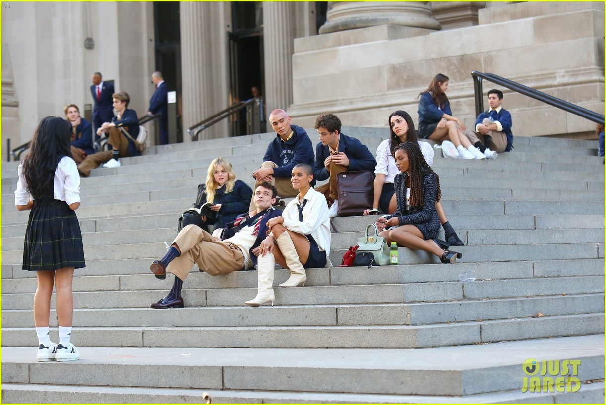 you have to see these new pics of thomas doherty gossip girl cast filming on the steps 054499445